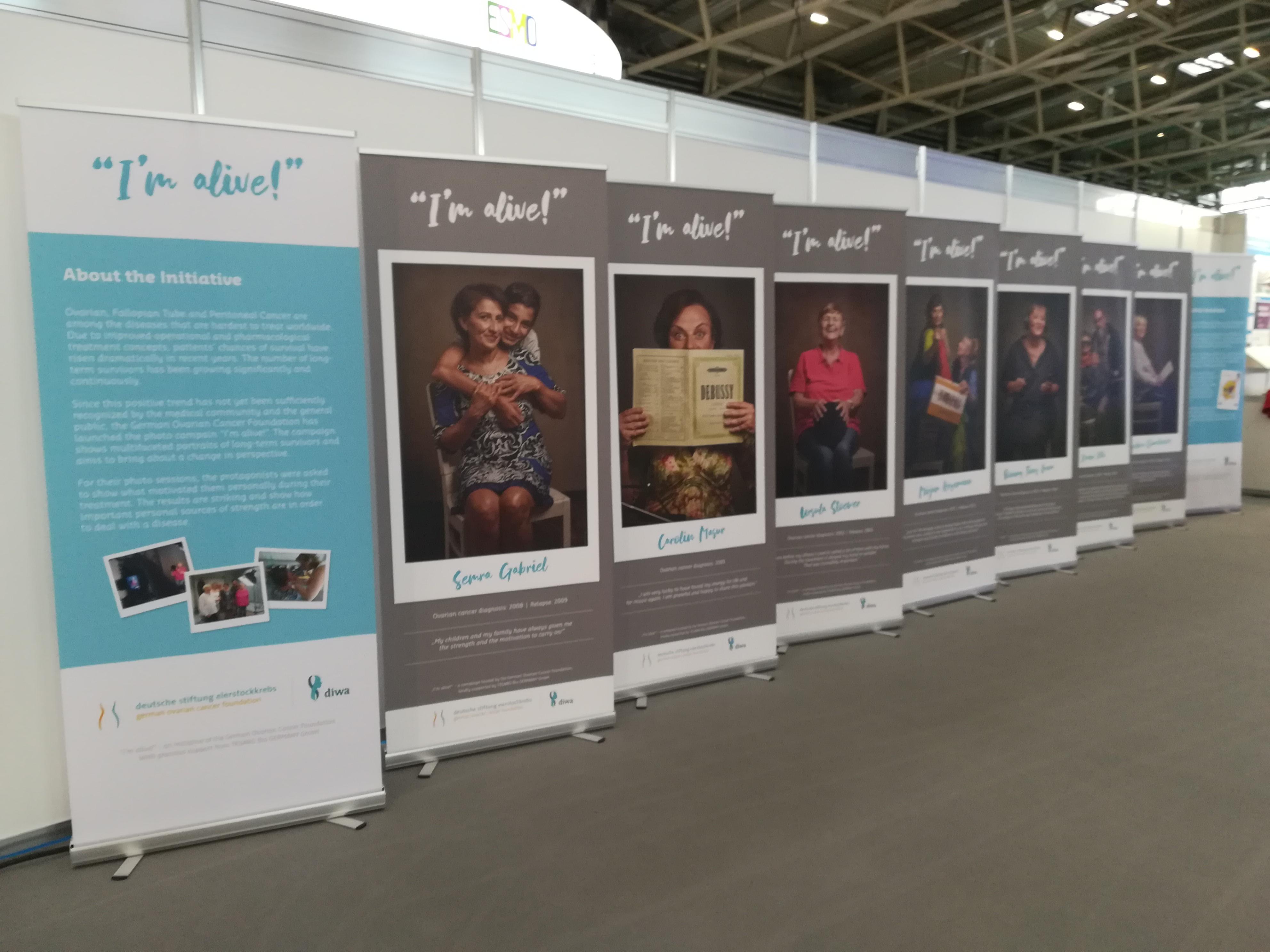 Aktuelles zum Eierstockkrebs: Aufsteller der Fototour Ich lebe! nebeneinander in einer Reihe.